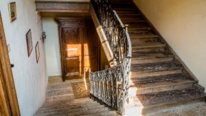 Le large escalier aux pierres roses