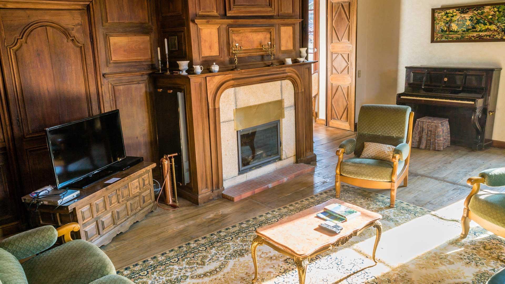 La cheminée et les boiseries du salon